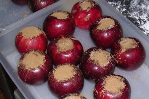 芯をくり抜いてシナモンなどを詰めた並べられた紅玉りんご