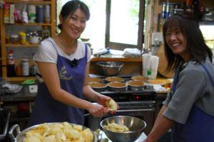 厨房で仕込みをするキャロルの女性スタッフ